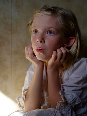 Girl holding her head in amazement - p945m1465915 by aurelia frey