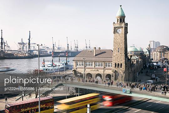 Landungsbrücken Hamburg  - p1222m1585886 von Jérome Gerull