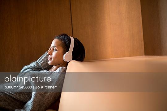 plainpicture - plainpicture p300m1549888 - Portrait of relaxed young w... - plainpicture/Westend61/Jo Kirchherr