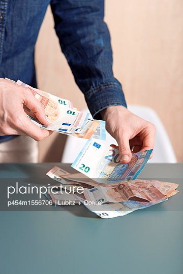 Geld zählen - p454m1556706 von Lubitz + Dorner