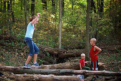 Im Wald spielen - p1169m1054963 von Tytia Habing