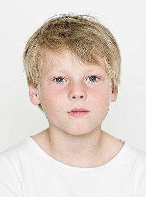 Portrait of blonde boy - p869m1109710 by Dombrowski