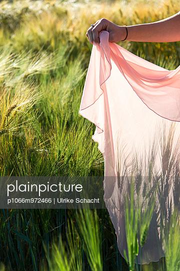 Kleid im Kornfeld - p1066m972466 von Ulrike Schacht