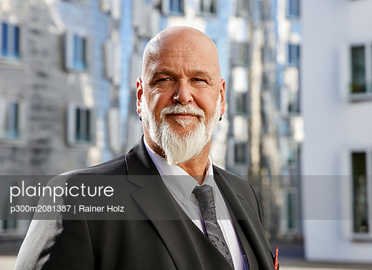 Portrait of an elegant businessman in the city - p300m2081387 by Rainer Holz