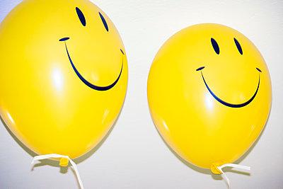 Two happy balloons - p1418m2044596 by Jan Håkan Dahlström