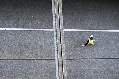Top view of man running on a street - p300m1587952 by Daniel Ingold