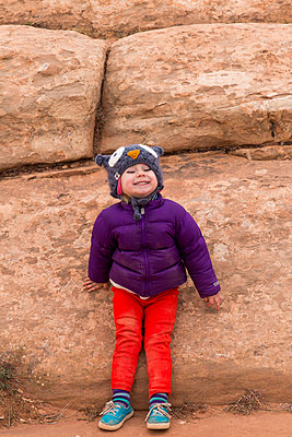 Little girl in front of a rock - p756m1585651 by Bénédicte Lassalle