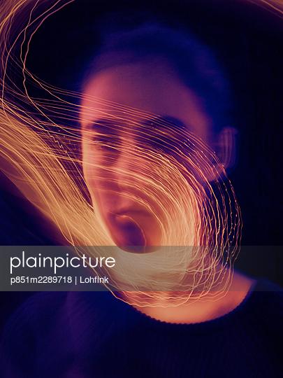 Lichtspuren vor einem Gesicht, Langzeitbelichtung - p851m2289718 von Lohfink