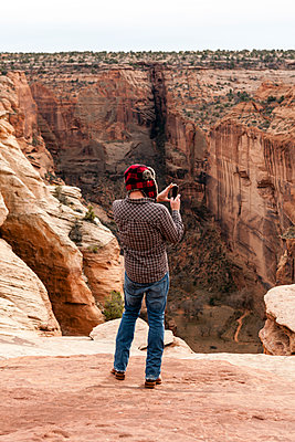 Rear view of man taking a photo with a smartphone at Canyon de Chelly - p1094m1209095 by Patrick Strattner