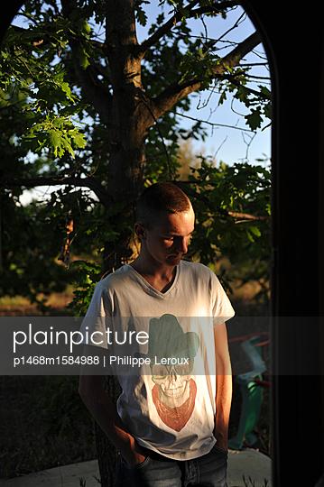 Deprimierter Jugendlicher mit Händen in den Taschen - p1468m1584988 von Philippe Leroux