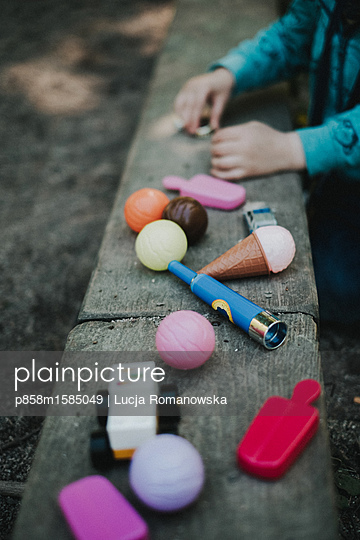 Child playing in the sandbox - p858m1585049 by Lucja Romanowska