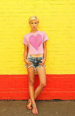 Junge Frau in Hotpants - p045m826045 von Jasmin Sander