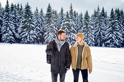 Young couple goes on a winter walk - p1124m1589313 by Willing-Holtz