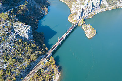 Bridge over Neretva river, Bosnia and Herzegovina, aerial view - p1600m2184177 by Ole Spata