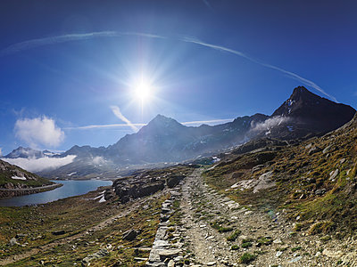 Italy, Lombardy, Gavia Pass, hiking trail and Lago Bianco - p300m2029892 by Albrecht Weißer