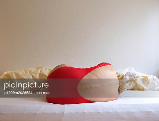 Frau auf einem Bett - p1229m2028594 von noa-mar