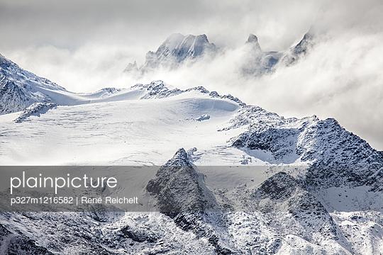 Mystische Bergwelt - p327m1216582 von René Reichelt