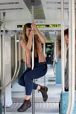 Junges Paar in der Bahn macht Spaß - p1212m1138847 von harry + lidy