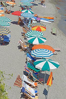 Sonnenschirme am Strand - p1292m1474930 von Niels Schubert