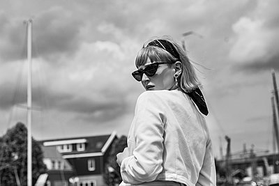 Portrait of a stylish woman - p1688m2285078 by Eva-Maria Gebhardt