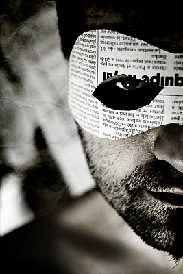 Man with eye mask from newspaper - p1570m2172529 by DOROTHY-SHOES