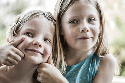 Sisters - p253m1042555 by Oscar