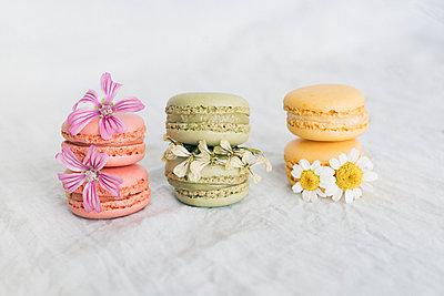 Macarons with blossoms - p300m2004611 von Javier Pardina