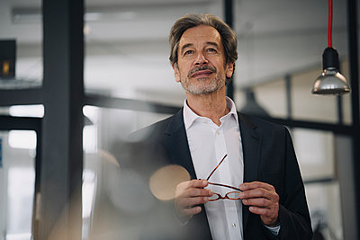 Portrait of confident senior businessman in office - p300m2156187 by Gustafsson