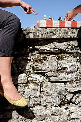 Schach auf einer Steinmauer - p335m2186196 von Andreas Körner