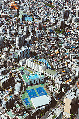 Blick auf Sportplatz in Tokio von oben - p432m2115791 von mia takahara