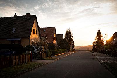 leere Straße in Norddeutschland - p1222m2179011 von Jérome Gerull