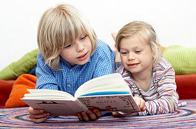 Geschwister lesen zusammen - p1237m1048280 von Paul W. Nähr