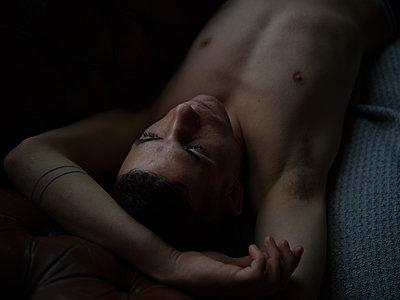 Mann liegt auf dem Bett - p1267m1525641 von Wolf Meier