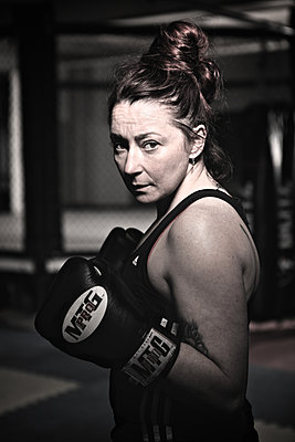 Female kickboxer in boxing gloves - p1304m1136846 by MY MY