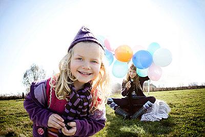 Fröhliche Mädchen mit Luftballons - p1348m1208086 von HANDKE + NEU