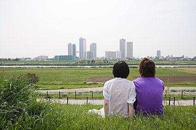 Couple looking at city skyline - p9246754f by Image Source