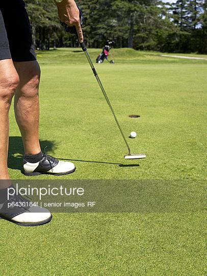 Senioren beim Golf spielen  - p6430184f von senior images RF