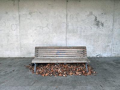 Verlassene Sitzbank - p1021m1055457 von MORA