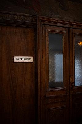 Baptistry - Church - p1028m2027982 von Jean Marmeisse