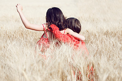Two girl in a field - p1150m939317 by Elise Ortiou Campion