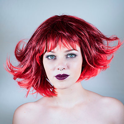 Red-headed woman with with nose piercing - p1569m2195803 by Moritz Metzger