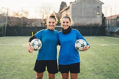 Portrait of female football players - p429m1578477 by Eugenio Marongiu