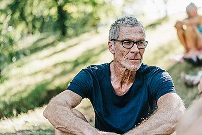 Porträt eines reifen Mannes mit Brille - p586m1172033 von Kniel Synnatzschke