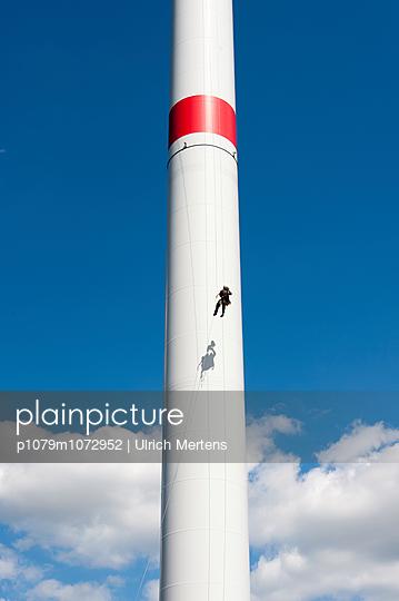 Rotorblattbegehung durch Industriekletterer - p1079m1072952 von Ulrich Mertens