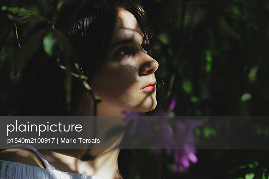 Portrait of a teenage girl in nature  - p1540m2100917 by Marie Tercafs