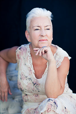 Caucasian woman resting chin in hand - p555m1409285 by Shestock