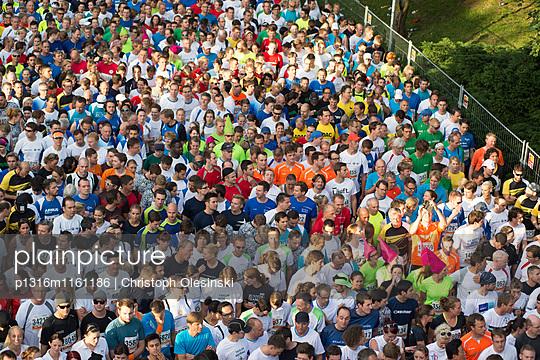 Läufer warten auf den Start, aus der Vogelperspektive fotografiert, Olympiapark, München, Bayern, Deutschland - p1316m1161186 von Christoph Olesinski