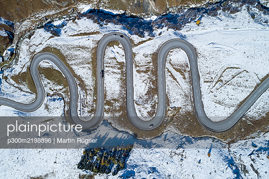 Switzerland, Canton of Grisons, Drone view of winding road inJulierPass - p300m2198896 by Martin Rügner