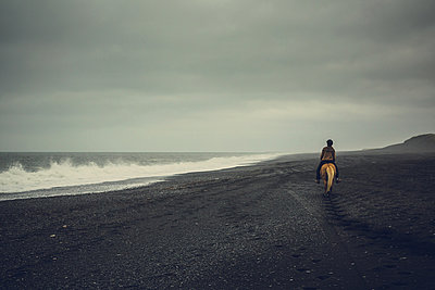 Woman horse back riding in Iceland - p1084m986889 by Operation XZ