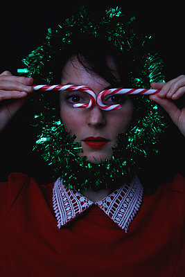 Woman with Christmas decoration - p1521m2141353 by Charlotte Zobel